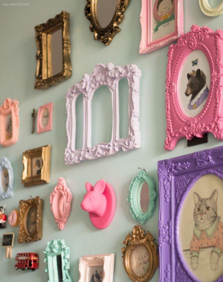 Boa ideia se projeto DIY. Molduras de gesso pintadas em cores variadas. Veja mais em www.historiasdecasa.com.br #todacasatemumahistoria #DIY #wallgallery
