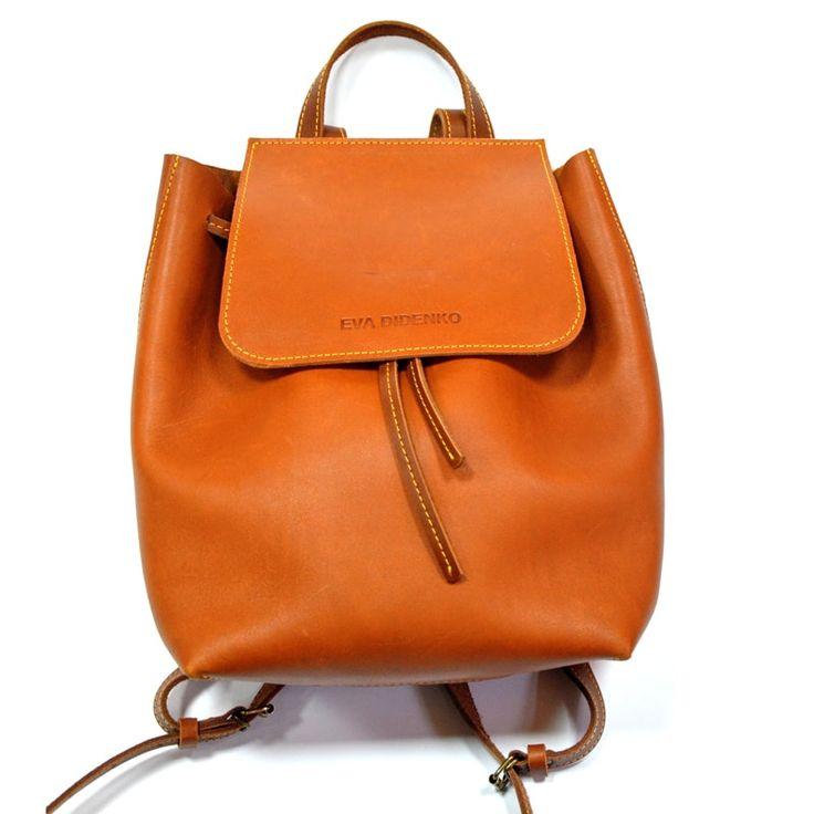 Модный кожаный рюкзак Handmade из рыжей итальянской кожи класса люкс в подарок стильной энергичной девушке. Закрывается на шнурок ременной кожи, ручки рюкзака регулируемые, общей длины 70 см. Сумка имеет внутренний карман на молнии для документов и телефона. Изделие прошито вручную седельным швом. И