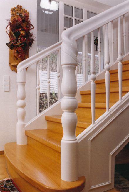 Stieltreppe am Antritt von der Seite fotografiert. Hier kommen die details der exklusiven Treppe besonders zum Ausdruck