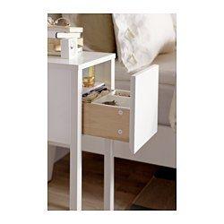 IKEA - NORDLI, Ablagetisch, , Im verdeckten Fach ist Platz für eine Mehrfachsteckdose zum Anschließen von Ladegeräten.Durch eine Aussparung im Tischbein lässt sich ein Kabel unauffällig zur Steckdose führen.Der separate Einsatz erleichtert das Ordnen von kleinen Gegenständen.