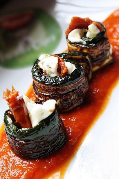 Antipasto di zucchine al forno con caprino su salsa di pomodoro