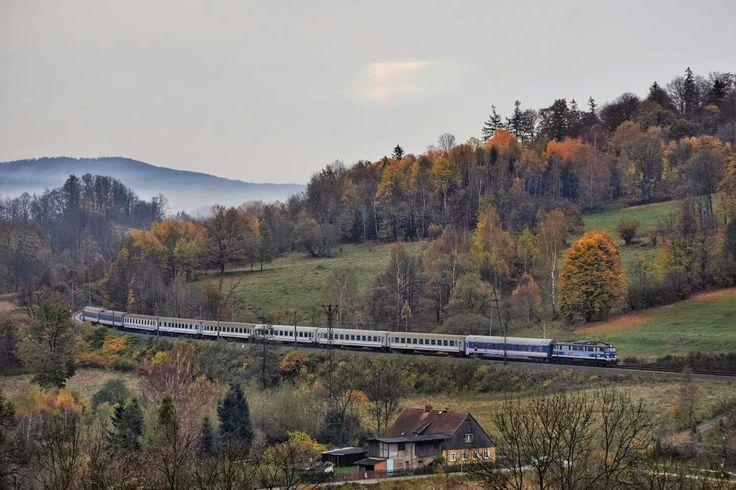EP07-482 z pociągiem TLK Sudety z Gdyni Głównej i Warszawy Wschodniej do Jeleniej Góry i Szklarskiej Poręby Górnej wije się wśród gór linią 274 (szlak Marciszów- Janowice Wielkie).