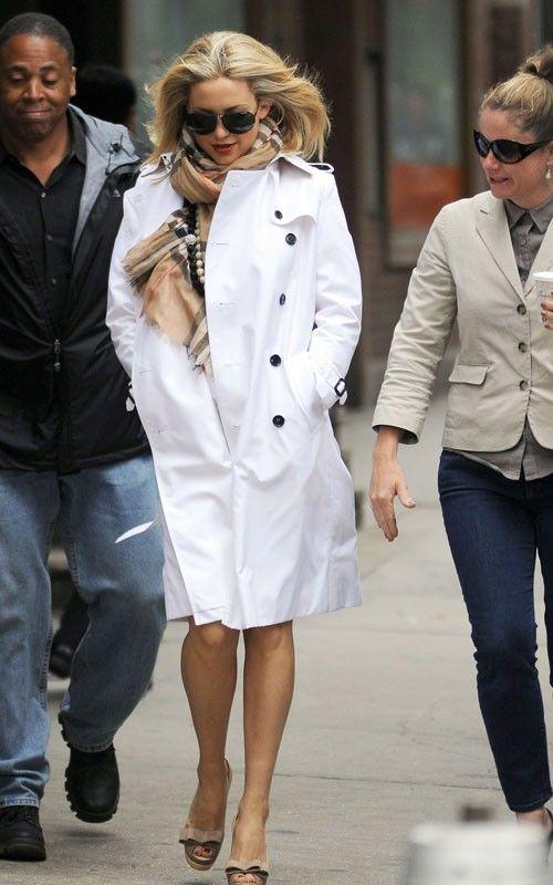 Como branco fica chique no inverno! A Kate Hudson está com trench coat e cachecol Burberry. Linda!!!