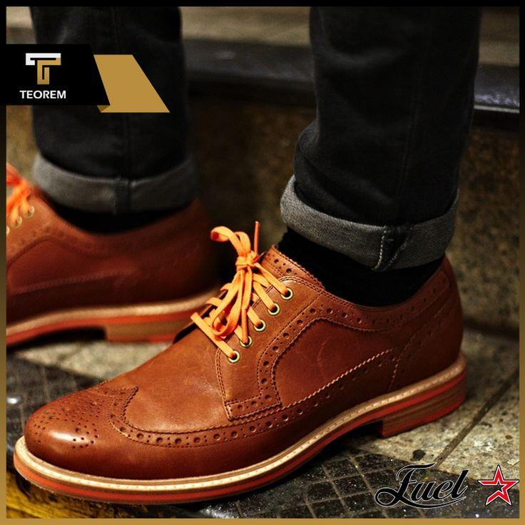 Fuel Ayakkabı'da keten ayakkabı modellerinin yanı sıra casual formlara sahip deri ayakkabılar da dikkatinizi çekecek.