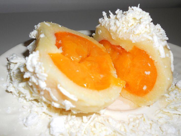 1. Máslo vyšlehat se žloutky do pěny, zašlehat cukr a sůl, posléze tvaroh a krupičku. Těsto nechat 20-30 min odpočinout. 2. Vařečkou do těsta...