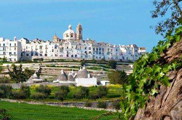 #Locorotondo è situato su un colle che padroneggia la Valle d'Itria ed è caratterizzata dalle chiese antiche e dai jazzili. 🌳  Ci sei mai stato? Se sì, inviaci foto e video qui sotto ⬇️  #CosaVedereinPuglia #Pugliacom #WeAreinPuglia