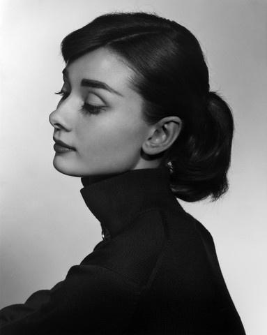 [오드리 햅번,Audrey Hepburn], 유섭 카쉬(Yousyf Karsh).  1956,사진,젤라틴 실버 프린트,40x50cm, 유섭카쉬 재단.  카쉬는 인물을 돋보이게 하기 위해 보통 검은 바탕을 두고 사진을 찍는데 바탕이 하얀 사진은 몇개 안된다고 한다. 그 중 꼭 실제로 봐야 하는 사진.  정말 아름답다는 말을 할 수밖에 없는 사진. Must see it!!