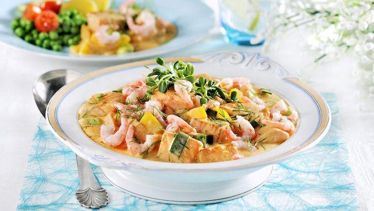 Lyxa till det med en smakrik gryta med både lax och räkor. Curry och kajenn ger lite extra hetta åt den krämiga såsen.