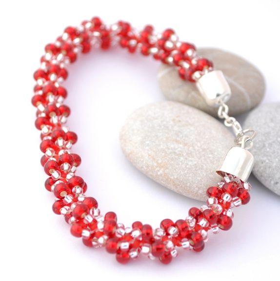 Armbånd av røde og blanke rocailleperler