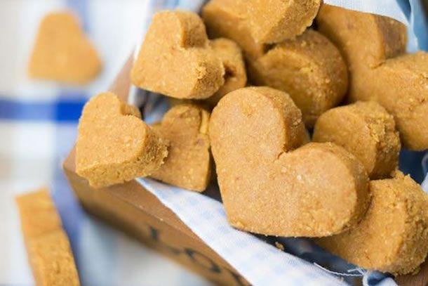 paçoquinha caseira em forma de coração para festa junina ou são joão.