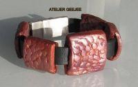 armband van zwart leer, met schuifkralen van polymeerklei