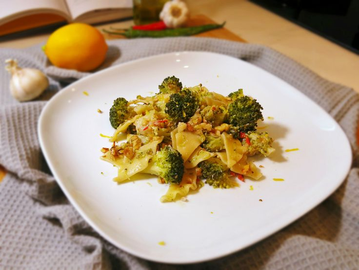 pantacce con broccoli, limone, peperoncino e noci. Questa ricetta abbina alla dolcezza strutturata dei broccoli, il tocco ardente del peperoncino e la...