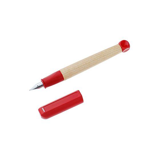 LAMY ドイツを代表する筆記具メーカー。 バウハウスの影響を受けた多分野のデザイナーとコラボし、 ドイツ近代デザインの歴史を刻んでいます。  正しく、楽しく字が書ける子ども用万年筆  ドイツの筆記具メーカーLAMY(ラミー)の子ども用万年筆。楽しく字を書くことが学べるよう、教育者と共同開発されたこだわりの1本です。 温かみのあるメープルウッドのボディと、色鮮やかなレッドとブルーが目を引くデザイン。初心者に優しい丸みを帯びたペン先と、軽く握りやすいラバーグリップ。自然に正しい持ち方になり、長時間使用しても疲れません。 カートリッジと、別売のコンバーターをセットすればインクボトルも使えるようになる両用式。お子様にはもちろん、万年筆初心者にもおすすめのアイテムです。 素材  :【ペン先】スチール/【軸】メープルウッド 生産国 :ドイツ サイズ :収納時全長133×直径14×軸周囲42mm/【箱】横148×縦30×高さ30mm 仕様  :【吸入方法】両用式/コンバーター別売/キャップを後にセット出来ません 備考  :【カートリッジ】LAMY カートリッジ/【コンバーター】LAMY