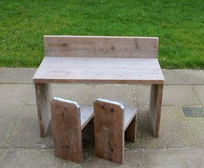 Speeltafel en twee stoeltjes van steigerhout www.mam-anouk.nl