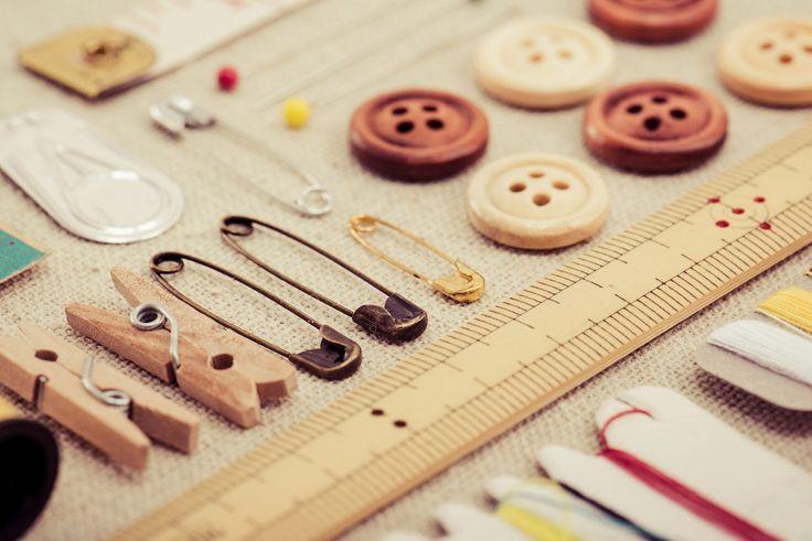 服を捨てようと思った時は、ボタンだけ取り外してとっておきますよね。そんなボタンがたくさんたまってくると、逆に上手く使いこなせなくて余っていたり。でもボタンは捨てないで!裁縫だけではなく、ボタンでお絵かきするという発想で! この記事の目次 色とりどりのボタン達 まずはツリーを描く! 完成! いろんな絵に挑戦! 大きく描き、アートとして飾る いろんな描き方がある! 色とりどりのボタン達 image by PIXTA / 21362126 いろんな大きさや形、色のボタンがありますよね。 種類が多ければ多いほど、お絵かきには便利です!まずはツリーを描く! ボタンでお絵かき、まず基本はツリーです。 木の幹は手書きで、そして枝に沿って思い思いにボタンをくっつけていきましょう。完成! カラフルだと、より幻想的な夢のある木を描く事ができますね!いろんな絵に挑戦! ボタンを風船に見立てて、「空飛ぶ家」?! メッセージカードの表紙にしてもいいですね。 大きく描き、アートとして飾る 大きく描いてお部屋に飾るのもステキ。 子供と一緒にお絵かきしたいですね!いろんな描き方がある! ツリーを描くの...