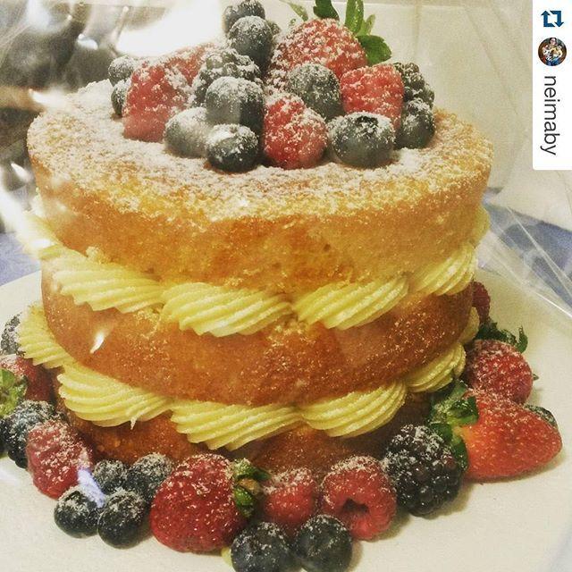 Nada como uma cliente feliz pra gente ficar feliz também! ❤️ #Repost @neimaby with @repostapp. ・・・ O bolo ainda estava embrulhado, mas não posso deixar de postar a última foto do #AniversárioDoMarido: esse é o verdadeiro #nakedcake. Massa de baunilha - de verdade - fofinha, leve e úmida na medida (e com os pontinhos pretos da fava ❤❤). Escolhi como recheio brigadeiro de limão siciliano  (com direito às raspinhas ❤❤), que veio super generoso. .  Quem fez essa maravilha foi a @thecookieshop. D