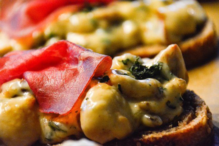 """Als Kinder haben wir dieses Gericht """" Toast Champignon"""" genannt.In den 70ger Jahren war das der Renner, kurz nach dem Toast Hawai. ;) An der Rezeptur von früher hat sich eigentlich nic…"""