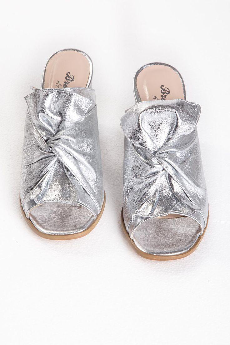 Sandalo con fiocco in pelle