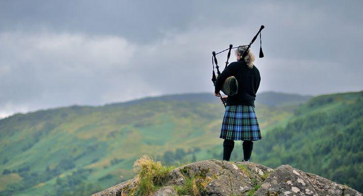 Dans les Highlands, un joueur de cornemuse, l'instrument de musique emblématique de l'Ecosse.