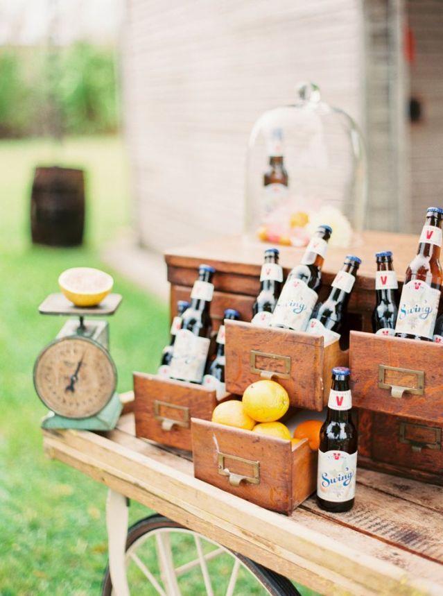 Voor de mannen: serveer bier! #cocktails #mocktails #drankjes #bier #bruiloft #trouwen Serveer de borrelhapjes op je bruiloft op gedecoreerde tafels | ThePerfectWedding.nl | Fotocredit: Michelle March