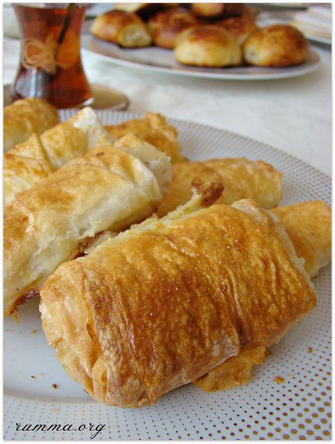 Patatesli yufka böreği tadı damağımda kalan böreklerden.Esma ,Sare ve Büşra nın beraber hazırladıkları bu güzel böreğin tarifini almadan olmazdı tabi..Baharatları ve içinin güzel görünümü ile etkileyici bir börekti.Misafirlerinizin ve ev halkının yok mu bir tane daha dediğini duyar gibiyim..:)) Patatesli yufka böreği için gerekenler 5 adet yufka 3 adet patates 2 adet orta boy soğan …