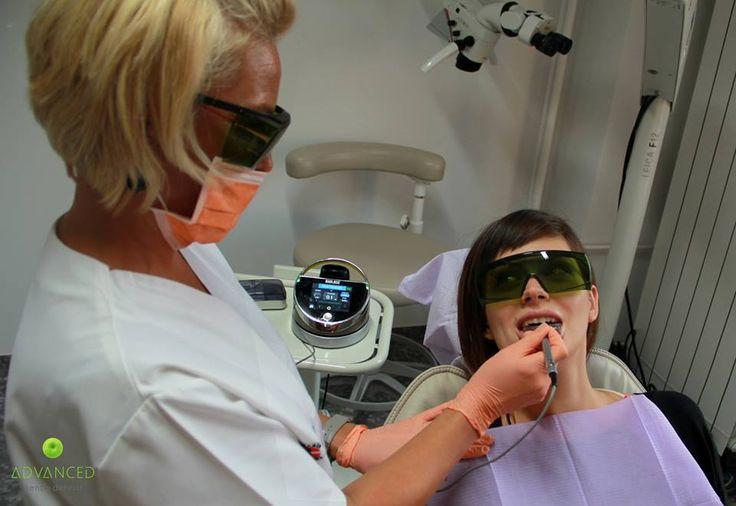 Avantajul folosirii laserului: NU exista risc de contaminare incrucisata si NU necesita anestezie!  Igiena orala este foarte importanta atat din punct de vedere estetic, cat si pentru starea dumneavoastra generala de sanatate. O igiena orala precara poate cauza probleme de sanatate complexe, precum: boli parodontale, infectii, pierderea osului maxilar si mandibular, accidente vasculare si cerebrale, boli de inima, etc.
