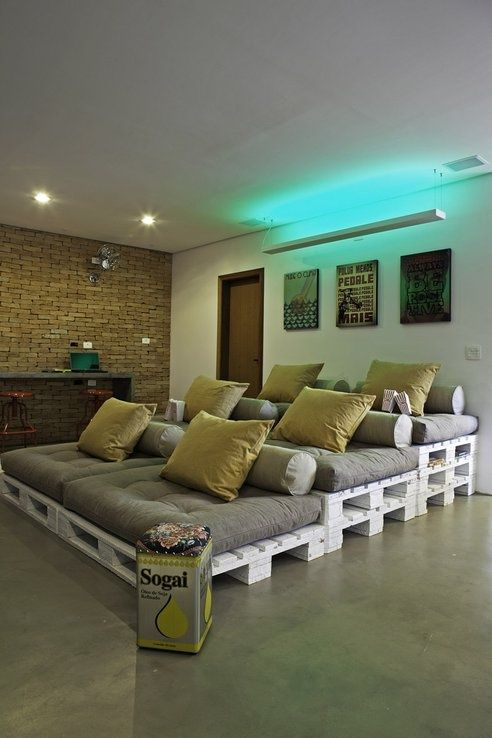 Cineminha em casa feito de pallets: Movie Room, Theater Room, Idea, Pallet Day Bed, Wood Pallet, Home Theaters, Dream House, Media Room, Theatre Room