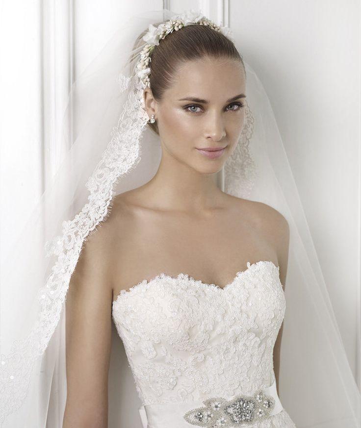 BASMA » Wedding Dresses » 2015 Costura Collection » Pronovias (close up)