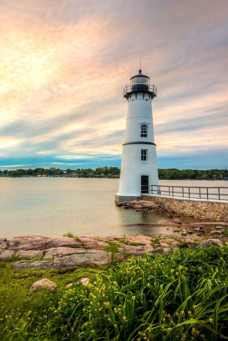 Faro de isla de la roca - el faro fue Comisionado originalmente en 1847 y se encuentra en la calle.  Río en la región de las islas de 1000 de NY estado.  Isla de Wellesley y la Corporación de Parque de 1000 Islas es en el fondo.