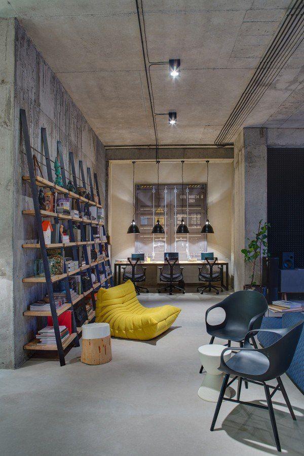 Яркий пример замечательного решения офисного пространства в стиле лофт - украинский офис компании DIZAAP. Сочные цвета желтых винтажных стульев, аксессуары и мягкие кресла-мешки подчеркивают контраст с нарочито грубоватой основной концепцией офисного лофта.   Яркая и неординарная мебель в стиле «Новое ретро» для вашего лофта есть в коллекции дизайнера Сергея Максименко.   #интерьерлофта #loftinterior #лофт #офис #интерьерофиса #офисныйинтерьер #рабочееместо