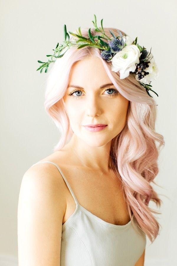 cabelo rosa pastel complementa perfeitamente uma coroa de flores.