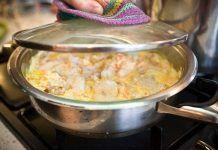 Нежный минтай под сметанно-чесночным соусом — ароматно и очень вкусно!