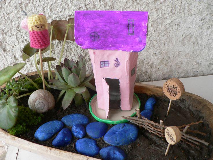 Mini upcycled tetrabrick house, fairy garden with crochet cork fairy. Mini tündérkert, horgolt parafadugó tündérrel, továbbhasznosított házikóval.