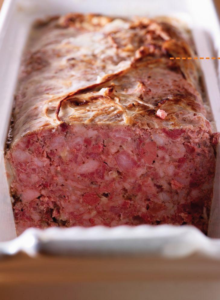 Bereiden: Maak de paté 1 dag op voorhand: Stoof de ajuin en look in een klontje boter glazig op een zacht vuurtje. Neem een grote kom waarin je alles makkelijk kan mengen. Doe het vlees, ajuin en look erin. Voeg de varkensfond en cognac toe. Doe de kruiden erbij en meng goed.