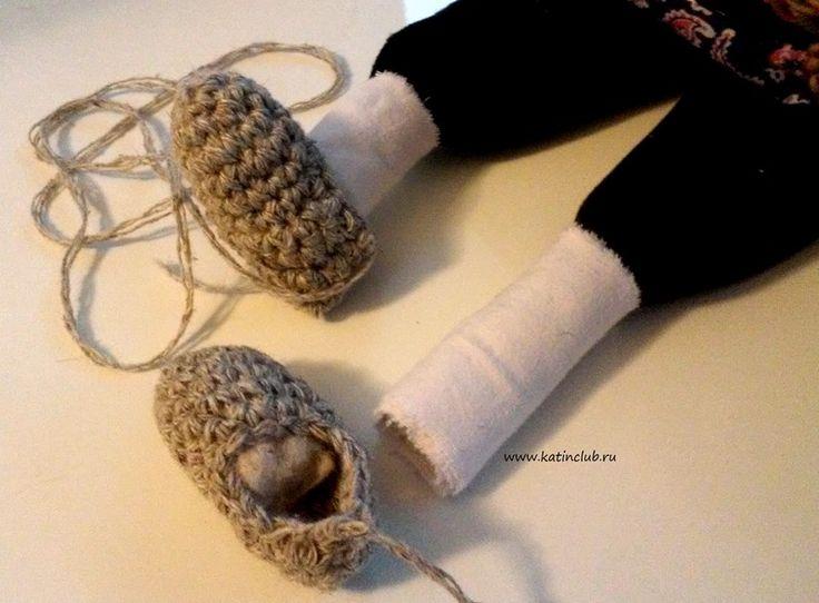 8. Ноги куклы обмотать онучами. Онучи - это белые куски ткани, портянки почти до колен.  В переднюю часть лаптей вложить для плотности вату.