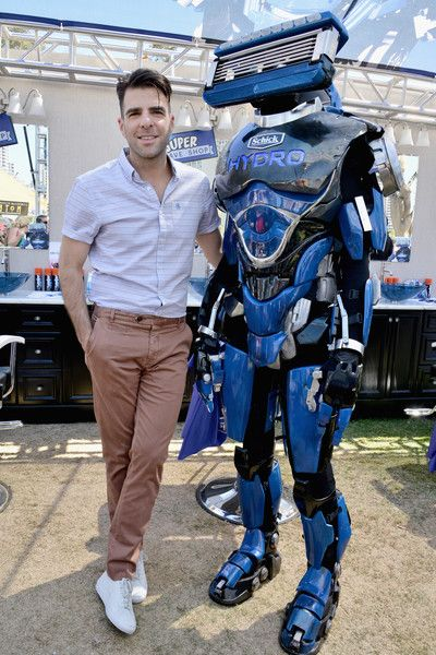 Zachary Quinto Photos - Actor Zachary Quinto and Robot Razor, the new superhero from Schick Hydro, visited the Super Shave Shop at Entertainment Weeklys Con-X Fan Festival during Comic-Con on July 21, 2016 in San Diego, California. - Actor Zachary Quinto Visits Schick Hydro's Super Shave Shop at EW's Comic-Con 2016
