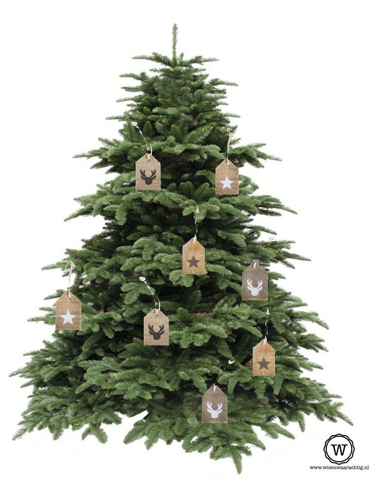 Een kerstboom vol met sloophouten huisjes, bijzondere kerstversiering via www.wisenwaarachtig.nl