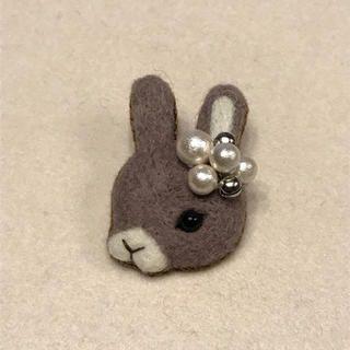 羊毛フェルトブローチパールうさぎシルバー ハンドメイドのアクセサリー(コサージュ/ブローチ)の商品写真