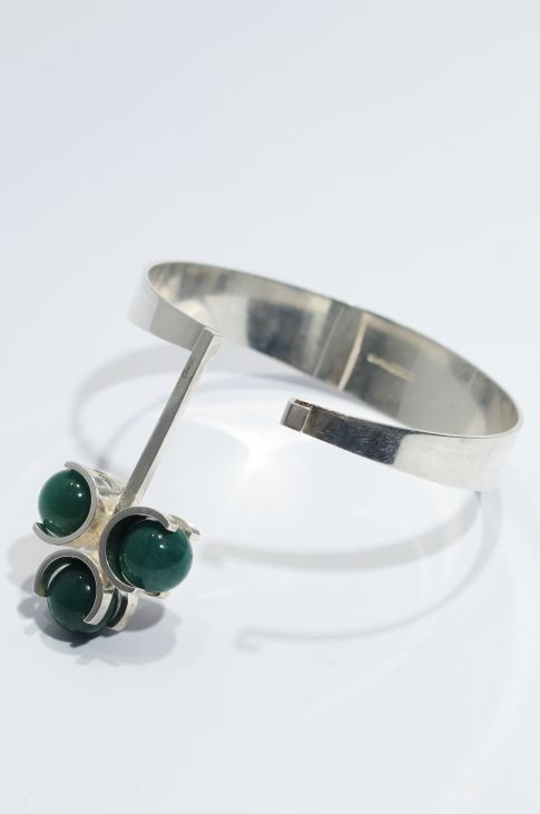 Bracelet | Elis Kauppi, Finland/ Sterling silver and green chrysoprase stones. 1960s.