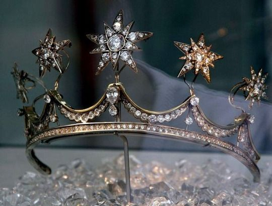 Tiara, Queen Emma of the Netherlands, 1890s. Apparently the stars are removable and can be worn as brooches.
