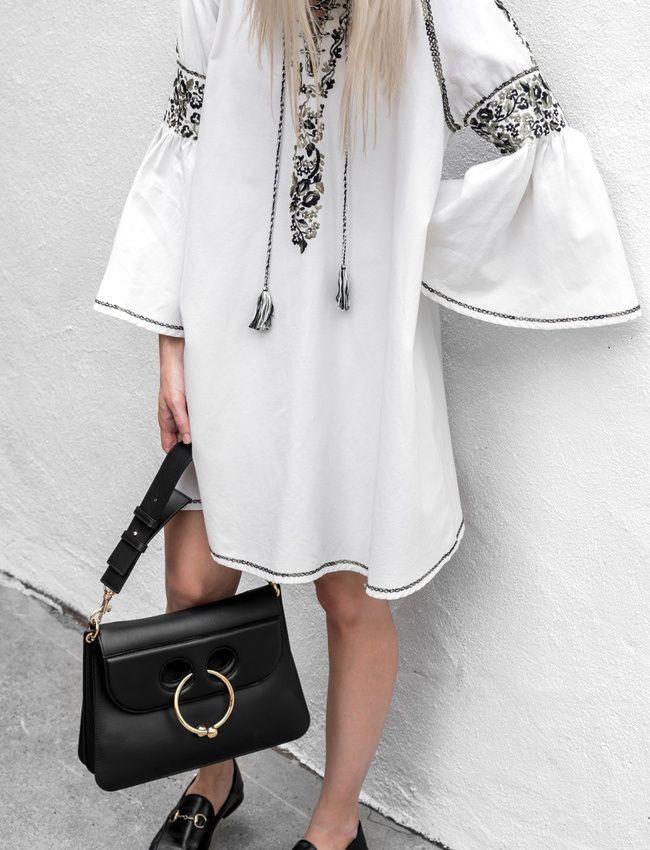 On aime quand la robe folk se télescope aux must have du moment (sac J.W.Anderson, chaussures Gucci - photo Figtny)