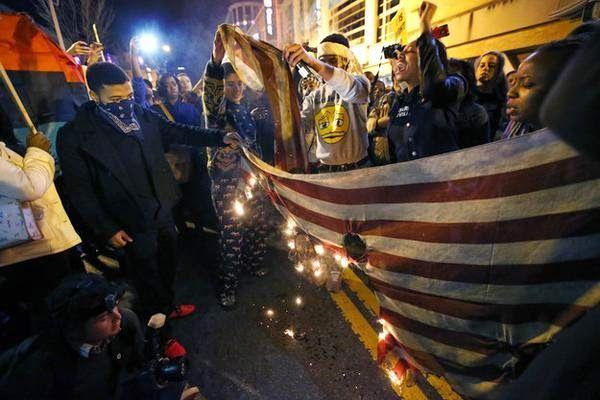 ΤΟ ΚΟΥΤΣΑΒΑΚΙ: Διαδηλωτές στην Ουάσιγκτον έκαψαν την Αμερικανική ... Διαδηλωτές στην πρωτεύουσα των Ηνωμένων Πολιτειών Ουάσιγκτον  έκαψαν την Αμερικανική σημαία σε ένδειξη διαμαρτυρίας κατά της πολιτικής των αρχών της χώρας. Οι διαδηλωτές που αντιτίθενται την καταπίεση των μαύρων και διπλά μέτρα και σταθμά της αστυνομίας προς τους πολίτες με διαφορετικό χρώμα δέρματος.