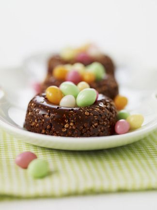 Petits nids croustillants au chocolat et œufs de pâques multicolores en sucre