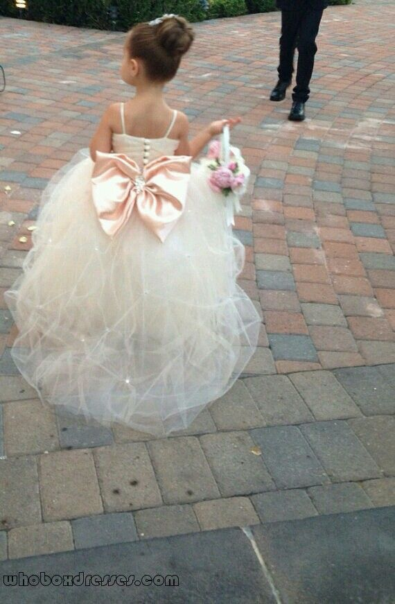 Precious flower in satin and tulle. This is the one I wanna have in my wedding!!