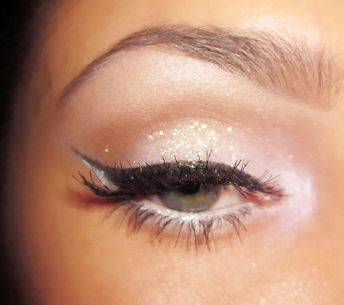 White shadow: Catey, Make Up, Eye Makeup, Cat Eye, Style, Wings Eyeliner, Beautiful, Eyeshadows, Eyemakeup