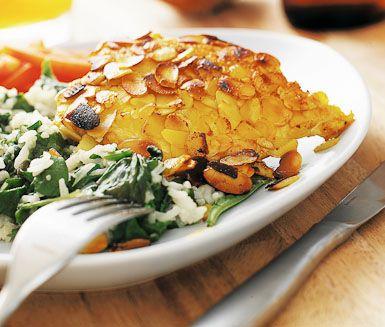 Mandelstekt kycklingfilé med rispilaf  Ett ljuvligt gott och festligt recept som tillagas på under 45 minuter. Kycklingfilén får ett gott och tilltalande täcke av mandelspån och gurkmeja. Till den stekta kycklingen serveras en god rispilaff.