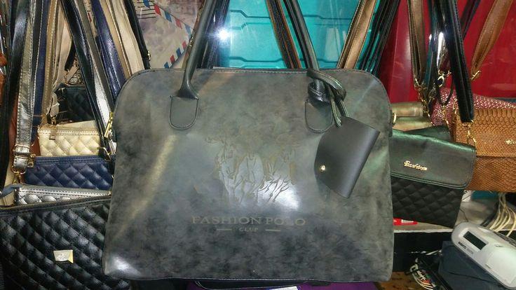 Ön yüzü mat antrasit siyah karışımlı renk arkası siyah olan bu büyük çanta sadece 30 tl.