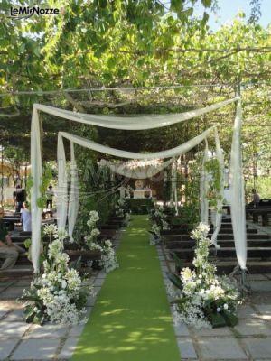 http://www.lemienozze.it/gallerie/foto-fiori-e-allestimenti-matrimonio/img29228.html Addobbi con fiori per il matrimonio bianchi per la cerimonia all'aperto