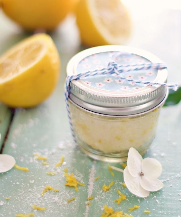 DIY-Peeling DIY Kosmetik – Gesichts- und Körperpeeling aus Zitronen  Zutaten: 1 Tasse Meersalz, ½ Tasse Olivenöl, 1 Teelöffel mit geriebener Zitronenschale und 1-2 Tropfen Zitronenextrakt. Mischen Sie einfach alle Zutaten zusammen und schütten Sie die Mischung in einem Glasbehälter aus.