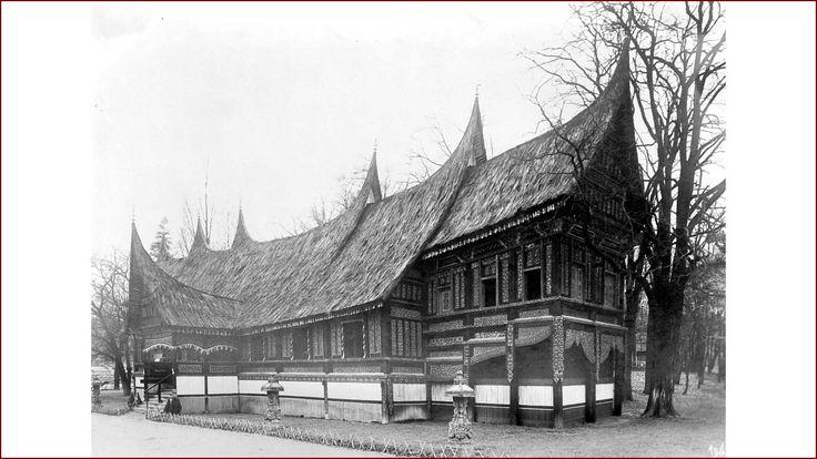 NMVW-collectie  Minangkabau huis bij het Nederlandse paviljoen op de Koloniale Wereldtentoonstelling te Parijs